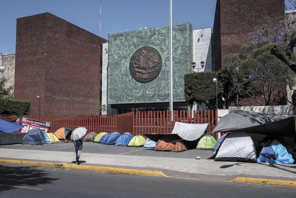 El líder de la sección 22 de la CNTE, Eloy López, rechazó que la Coordinadora pretenda el control y venta de las plazas. Foto: Cuartoscuro