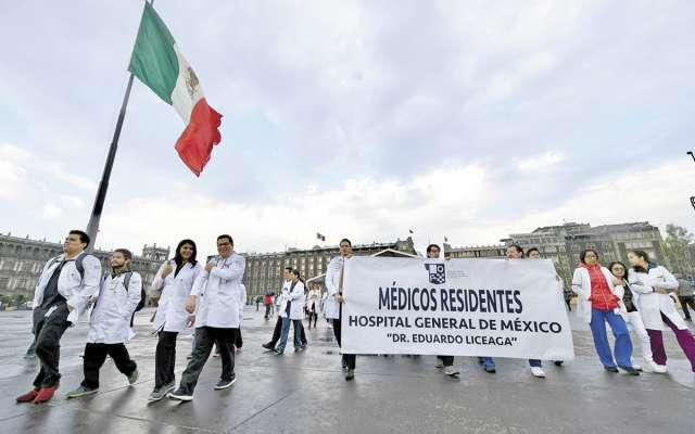 El martes de esta semana los galenos protestaron frente al Palacio Nacional. FOTO: VÍCTOR GAHBLER