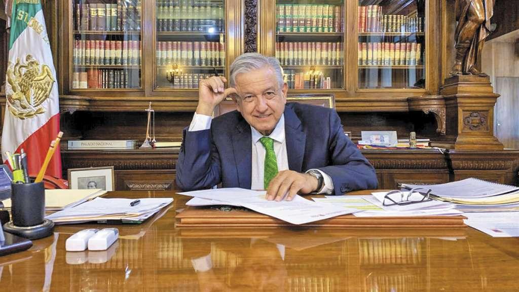 López Obrador firmó en Palacio Nacional los lineamientos en los que ordena suspender la Reforma Educativa.FOTO: ESPECIAL