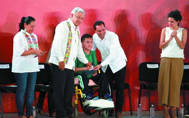 El presidente López Obrador estuvo acompañado por el gobernador de Yucatán, Mauricio Vila.FOTO:ESPECIAL