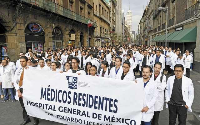 Los médicos marcharon y protestaron sobre la banqueta, sin afectar vialidades.FOTO: VÍCTOR GAHBLER