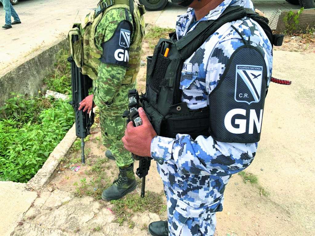 Con uniformes militares, los nuevos guardias utilizan un distintivo en el brazo para identificarse. FOTO: MOISES REYES
