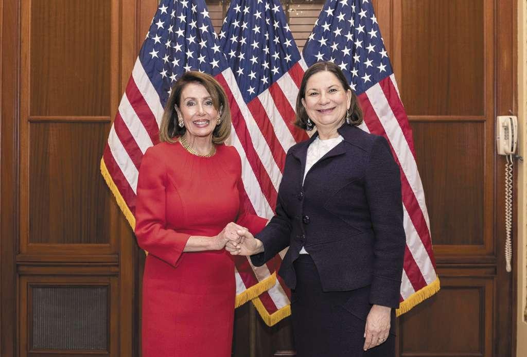ALIANZA. La embajadora mexicana (der.) se reunió con Nancy Pelosi, vocera de la Casa de Representantes de EU. Foto: Especial