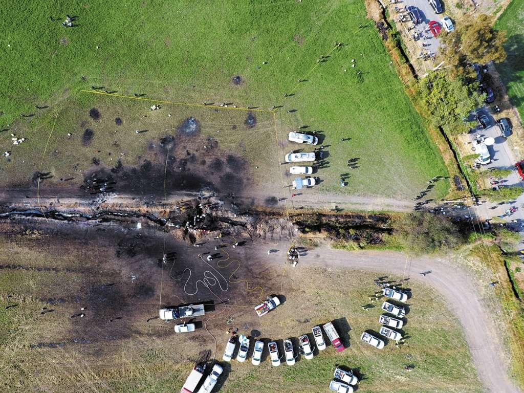 Así quedó la zona donde explotó un ducto de gasolina en Tlahuelilpan, Hidalgo. FOTO: AP