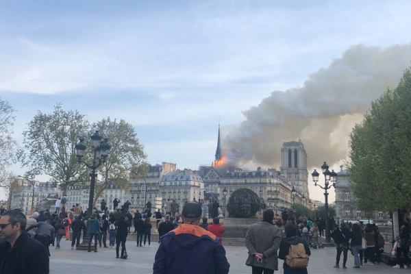 En imágenes se pueden apreciar las llamas que sobresalen de la aguja central del templo. Foto: EFE