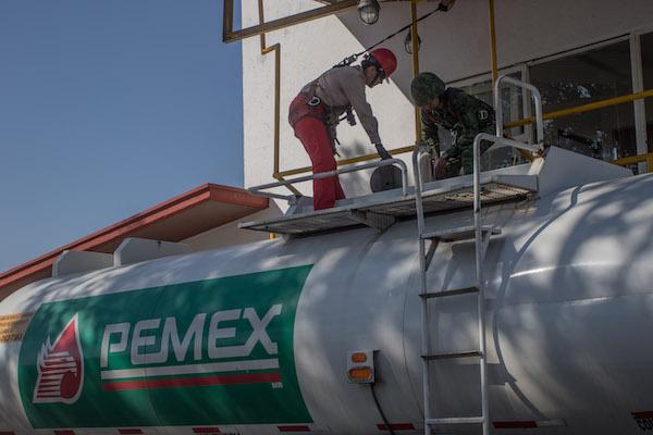 Trabajadores de Pemex revisan pipas de gasolina