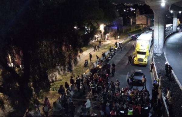 Los manifestantes aceptaron abrir la circulación vehicular cada cinco minutos. FOTO: ESPECIAL