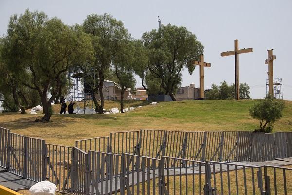Los preparativos para la celebración de la representación 176 del Viacrucis se realizan en el Cerro de la Estrella en la alcaldía Iztapalapa. Foto: Cuartoscuro