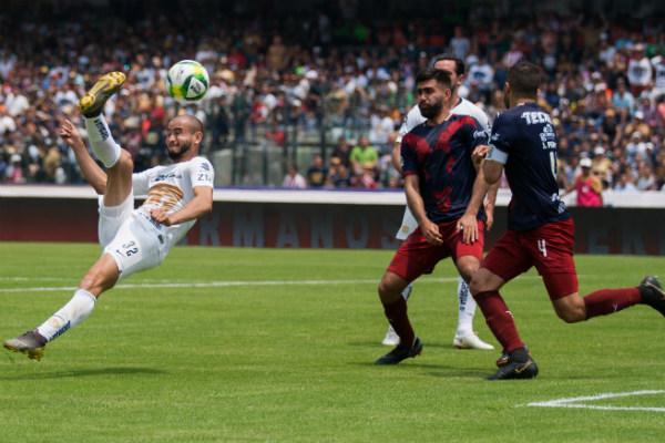 La posibilidad de levantarse y pelear por la liguilla se la dieron a Pumas los goles de Carlos González (26') y Luis Quintana (42')