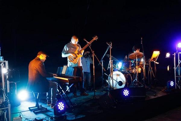 El mandatario estatal, para concluir su visita al Museo Laberinto, presenció un concierto de música en vivo, amenizado por Tezcatl Jazz trío. Foto: Especial
