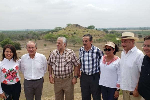 Como parte de una gira de trabajo por San Luis Potosí, Torruco Marqués se reunió con funcionarios estatales y empresarios del sector turismo para realizar un recorrido por los parajes turísticos de la entidad. Foto: Especial