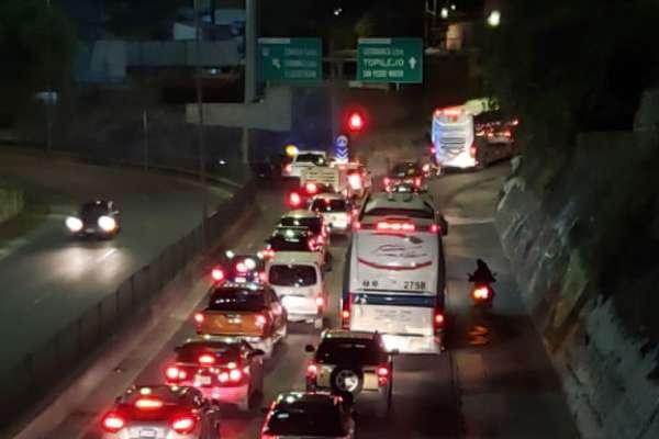 La salida de la ciudad rumbo a Morelos se encuentra colapsada tras el bloqueo. FOTO: ESPECIAL