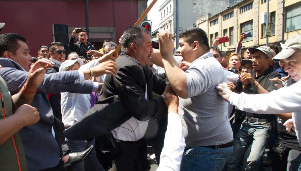 Ambos grupos protestaban afuera del Congreso capitalino. Foto: Cuartoscuro