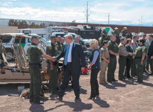 Trump visitó, con su secretaría Kirstjen Nielsen, la frontera en Calexico para ver el reemplazo de la cerca.FOTO: AP