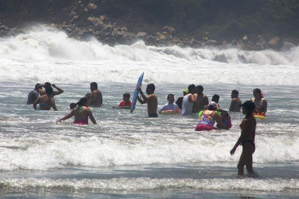 Más de 20  automóviles resultaron inundados entre toldos y sombrillas de playa. Foto: Cuartoscuro