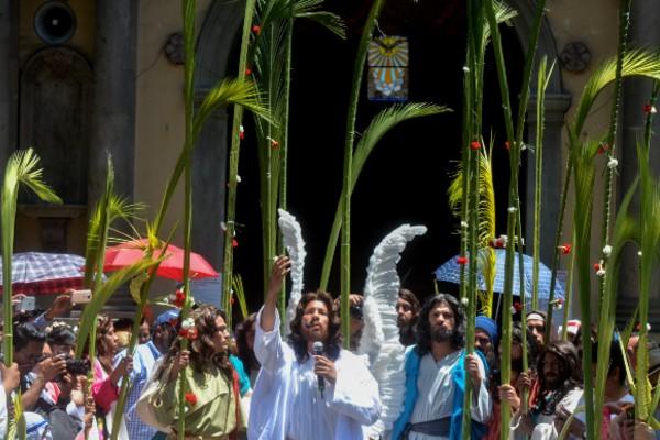 Los creyentes compran o realizan sus ramos para celebrar la entrada de Jesús a Jerusalén. Foto: Cuarto Oscuro