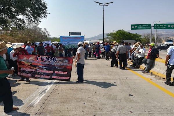 Policías estatales y federales están en el sitio tratando de disuadir a los manifestantes. Foto: Especial
