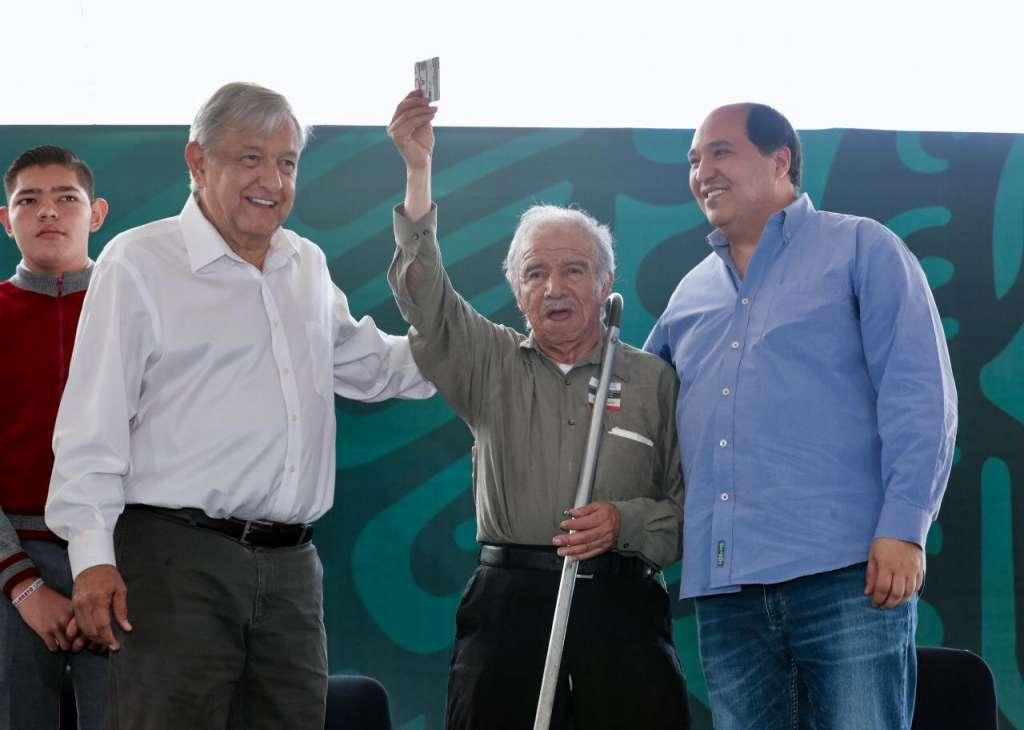 El presidente presentó sus programas sociales acompañado por el gobernador michoacano. Foto: Especial