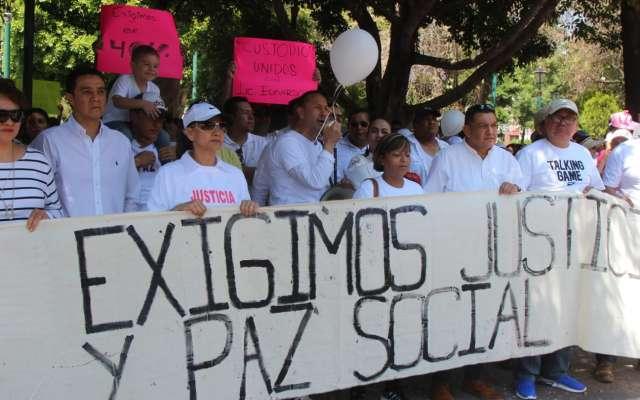 Alrededor de 300 ciudadanos, acompañados por diputados, marcharon hacia la Plaza de Armas. Foto: Especial