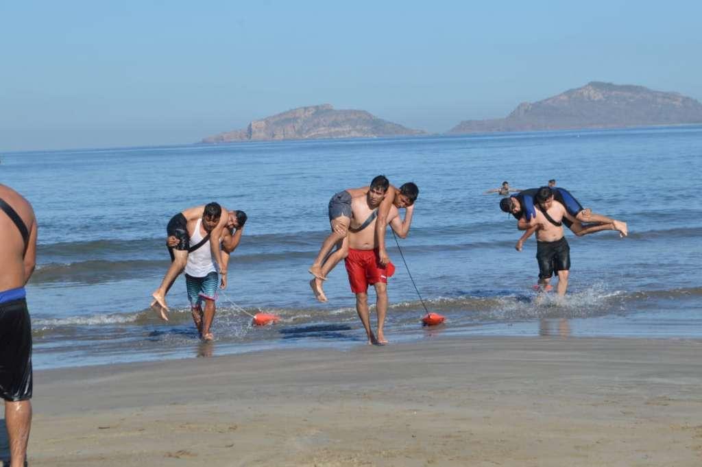 Los cuerpos de rescate de la ciudad realizaron ejercicios y prácticas en el mar. FOTO: ESPECIAL