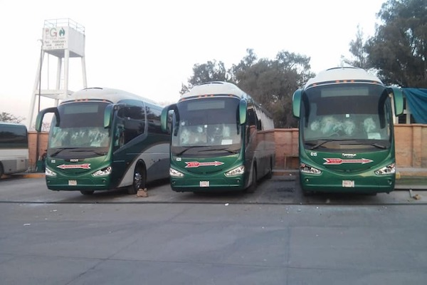 Los estudiantes también dañaron unidades que se encontraban aparcadas. Foto: Especial