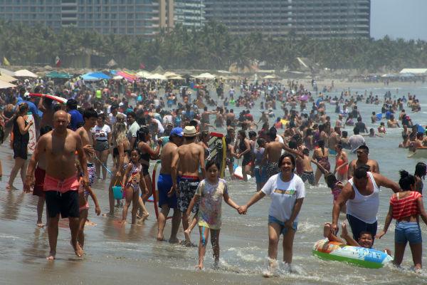 Durante el fin de semana se espera recolectar diariamente entre 90 a 100 toneladas de basura en las playas del puerto. Foto: Cuaroscuro