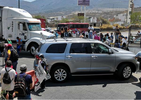 Los estudiantes de la normal de Ayotzinapa piden la asignación directa de plazas. Foto: Especial