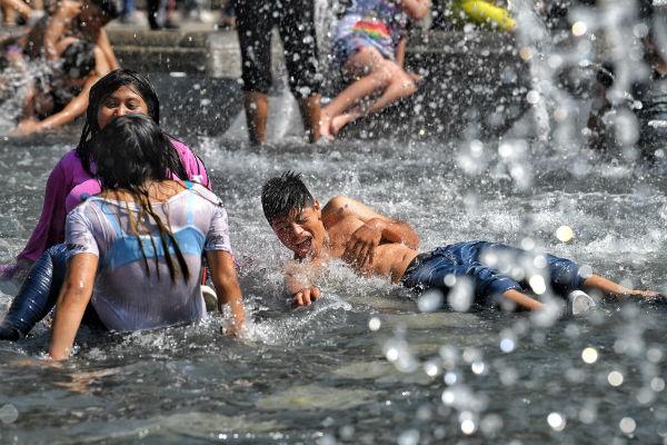 Los niños fueron los que principalmente disfrutaron el agua de las fuentes. Foto: Víctor Gahbler