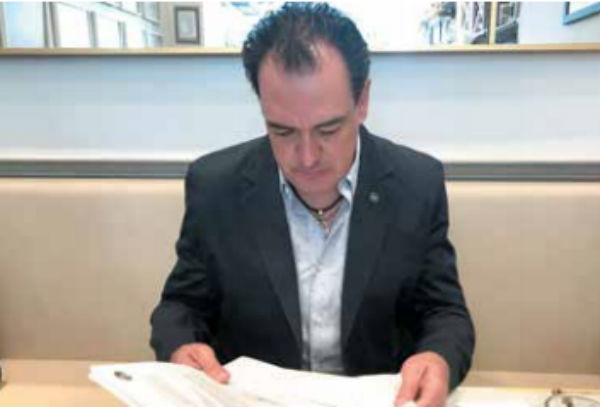 PRUEBAS. Gonzalo Alarcón mostró las resoluciones que señalan que no se configuró ningún delito. FOTO: ESPECIAL