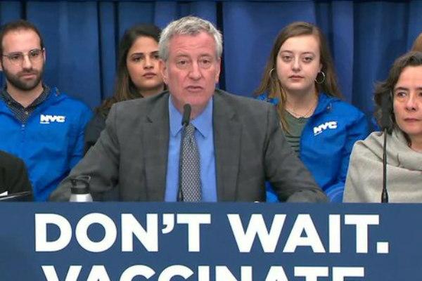 Las inyecciones serán obligatorias y miembros del Departamento de Sanidad y Salud Mental revisarán las cartillas de vacunación de cualquier individuo que haya estado en contacto con pacientes infectados