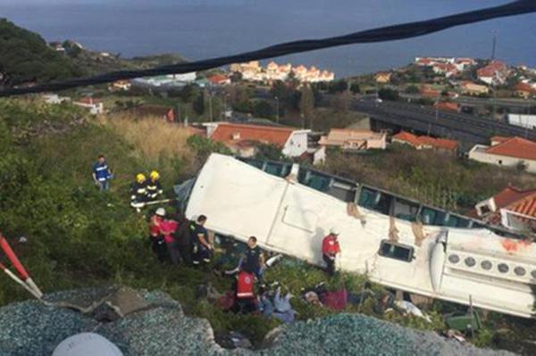 Al menos 28 personas murieron en un accidente de un autobús turístico en la isla portuguesa de Madeira, en Lisboa, Portugal.