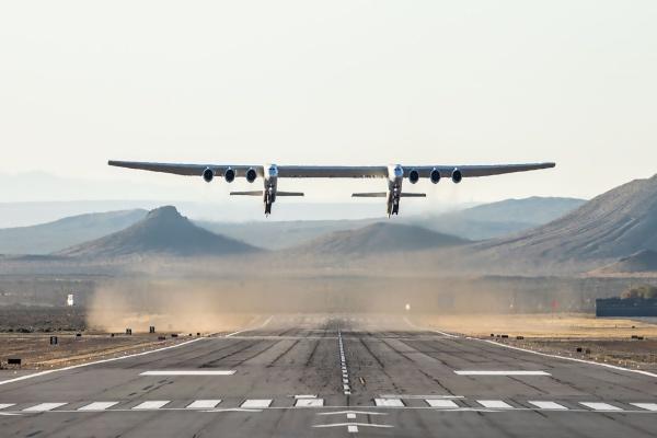 El avión es tan grande quela distancia entre los extremos de sus alas esmás larga que un campo de fútbol. Foto: AFP