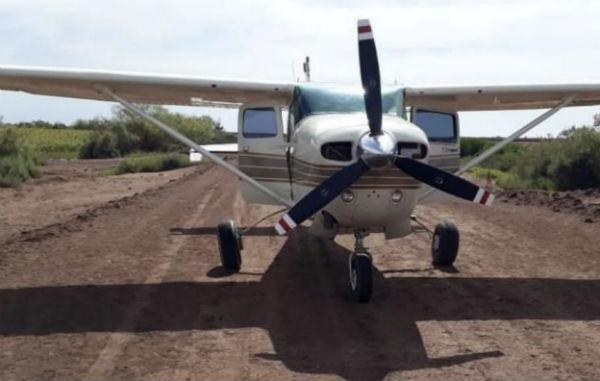 También había bidones con combustible, que quedaron asegurados con la aeronave y la droga