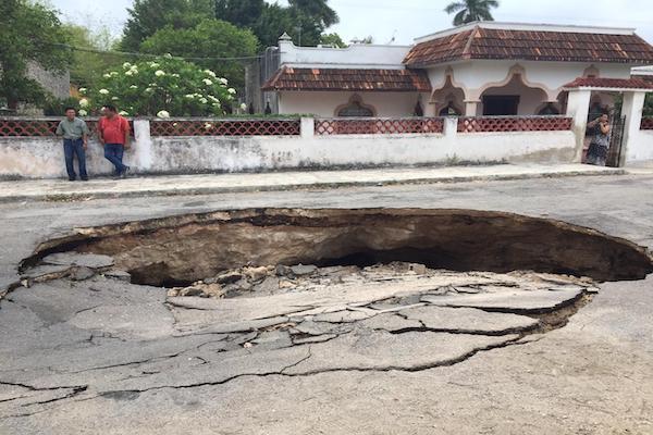 El hueco se encuentra sobre una cueva; no hubo daños ni pérdidas humanas, informaron autoridades. Foto: Especial