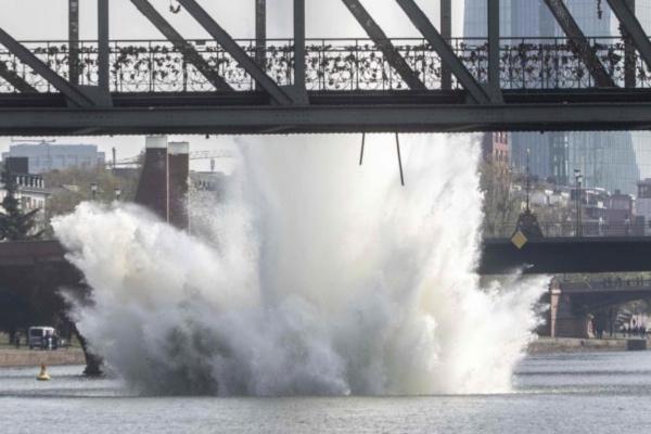 Los bomberos descubrieron la bomba estadounidense en el ríoMain. Foto: AP