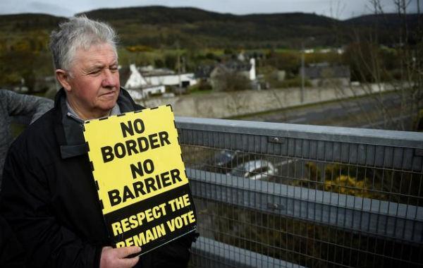 ENOJO. Un hombre asiste a una protesta contra el Brexit en el cruce de la frontera de Irlanda. Foto: Reuters