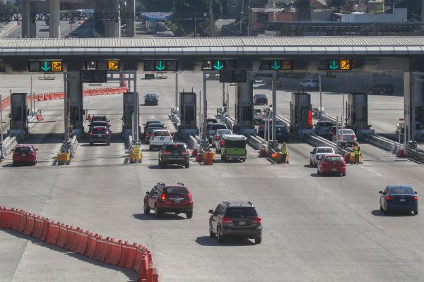 Servicios de emergencias trabajan en la Autopista México-Cuernavaca debido a un incendio de pastizales. Foto: Cuartoscuro