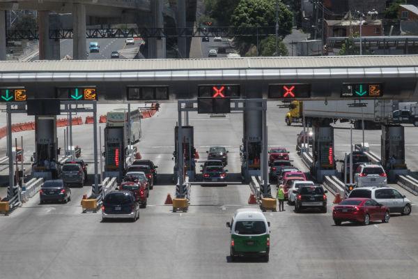 Vacacionistas abandonan la Ciudad de México este viernes, a través de las principales autopistas que conectan a la ciudad, en las que se registró la salida de 229 vehículos por minuto y la entrada de 92. Foto Cuartoscuro