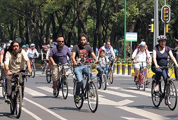 Varias familias capitalinas sacaron sus bicicletas, patines, carriolas y hasta mascotas para poder disfrutar por de un paseo dominical. FOTO: NOTIMEX