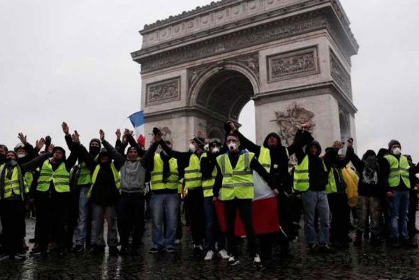 """Los """"chalecos amarillos"""" anunciaron que la manifestación ha sido autorizada a cruzar la tarde del sábado todo París. FOTO: ESPECIAL"""