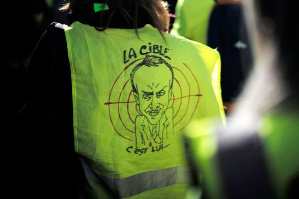 Los policías retuvieron a los manifestantes en la plaza Burdeos, impidiéndoles marchar hacia la sede del Parlamento europeo. Foto: AP
