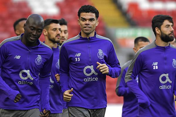 La gran novedad de la comitiva desplazada a Liverpool es la presencia del joven defensa central del filial Diogo Queirós, que viene entrenando habitualmente con el primer equipo. FOTO: AFP