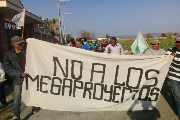 Armados con pancartas, las personas de diferentes pueblos gritaban consignas en contra de las obras. Foto: @danteasaucedo