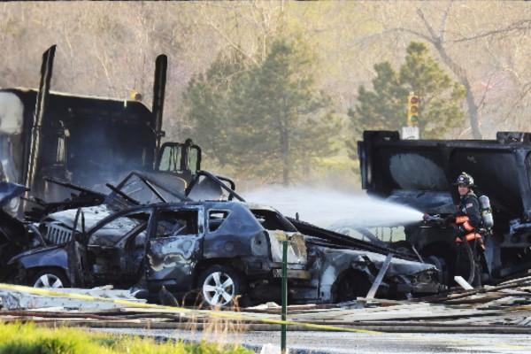 El incendio ocasionado por el choque se logró controlar horas después. Foto: AP