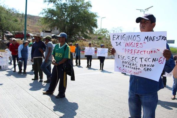 Alrededor de 200 personas impiden el paso hacia la ciudad de Acapulco.  Foto: Especial