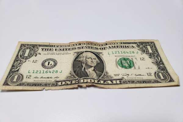 El dólar se compra en 17.70 en el AICM. Foto:Luis Hernández