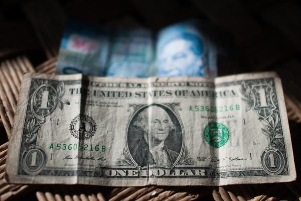 El billete verde se compra en 17.82 pesos en el AICM. Foto: Archivo | Cuartoscuro