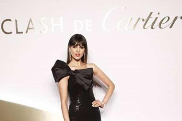 González aparece usando un vestido negro con un norme moño al frente. Foto: Instagram