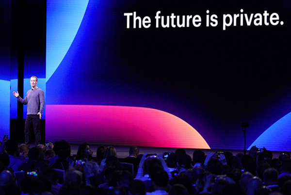 El director general de Facebook, Mark Zuckerberg, durante el discurso de inauguración de la conferencia de desarrolladores F8. FOTO: AP