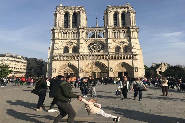 Un día después del incendio en Notre Dame se hizo viral una emotiva fotografía en la que un hombre juega con su pequeña hija. Foto de Twitter @brookeawindsor